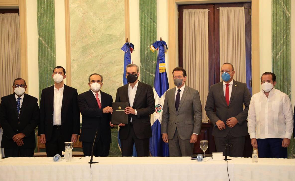 [:es]Promulga el Presidente Abinader ley otorga quince años incentivos fiscales competitividad e innovación industrial[:]