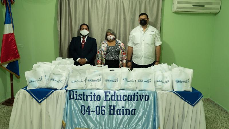 [:es]Entrega Fundación Refidomsa kits preventivos COVID-19 a distrito escolar Haina[:]