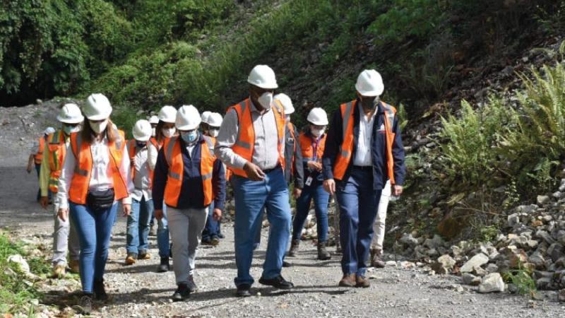 [:es]Ministros de Energía y Minas y de Medio Ambiente visitan Barrick Gold[:]