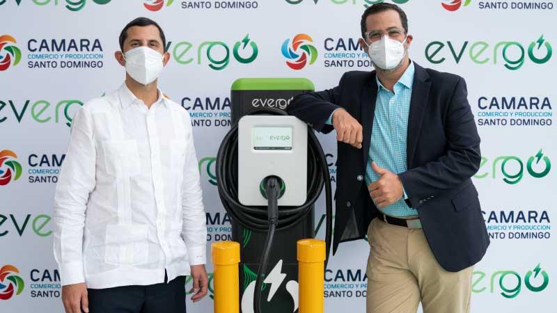 Inaugura Cámara Santo Domingo estación carga vehículos eléctricos promoviendo movilidad sostenible