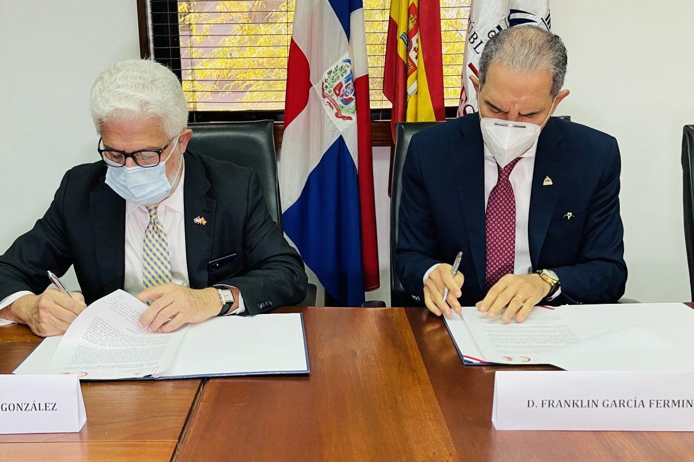 Firman MESCYT y Cámara Oficial Comercio de España acuerdo facilitar inserción becarios mercado laboral