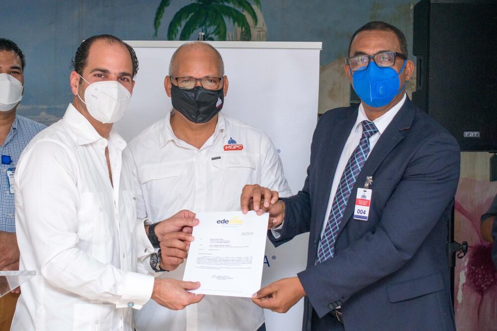 Dona Grupo Puntacana luminarias y materiales mejorar alumbrado barrios Higuey