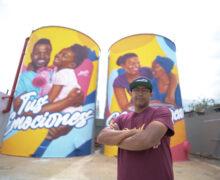 Exhibe Sirena Los Alcarrizos mural Angurria en exterior tienda