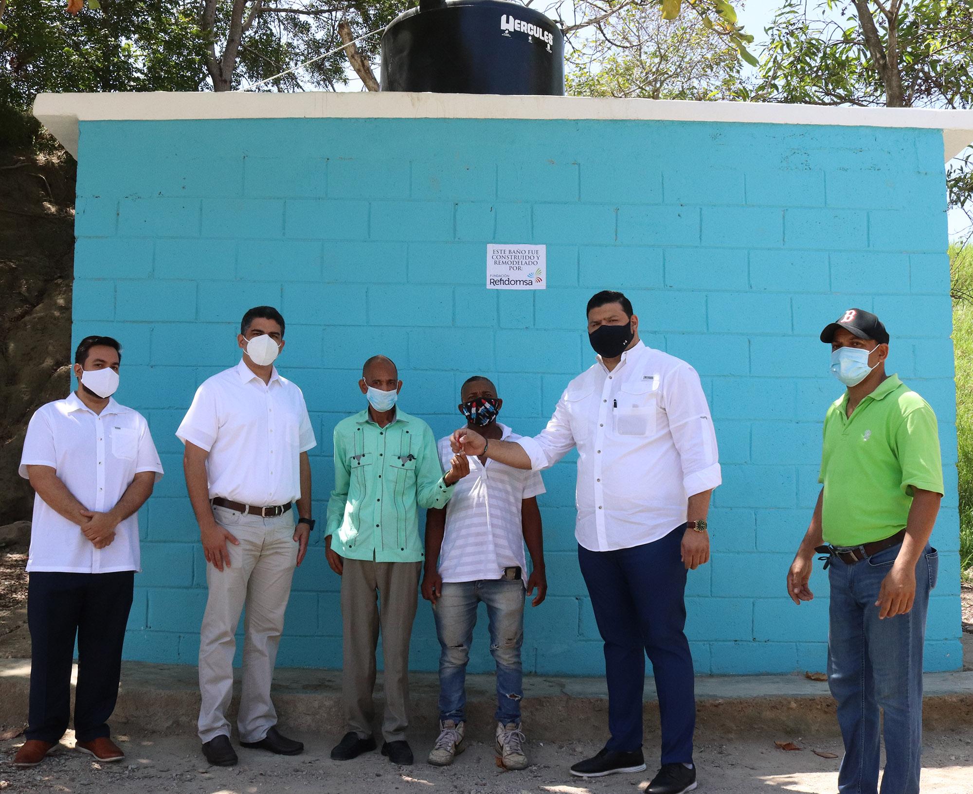 Entrega Fundación Refidomsa baños comunitarios Haina y Nigua